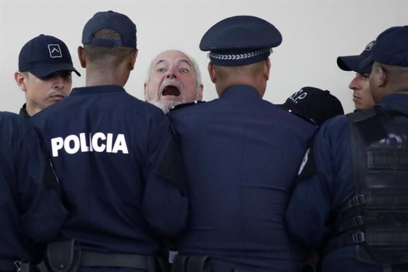 El expresidente de Panamá Ricardo Martinelli vocifera cuando es escoltado por agentes de policía a su salida de la sala de audiencias el lunes 26 de noviembre de 2018 en la capital panameña. EFE/Archivo