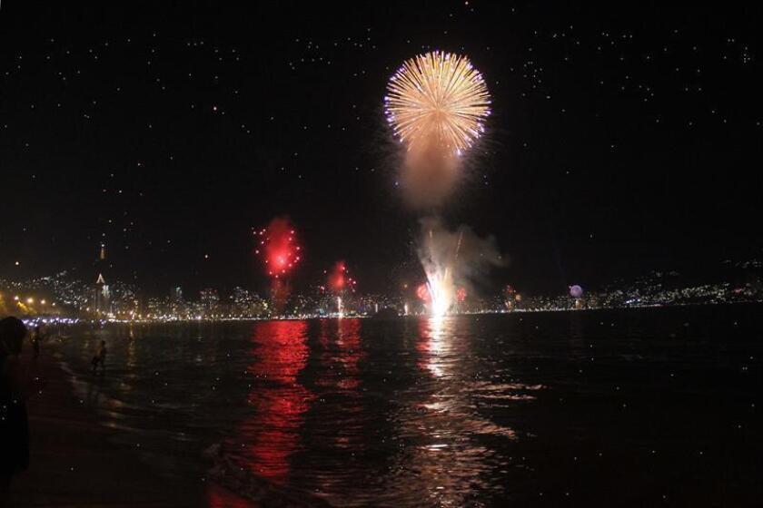 Aspecto de un espectáculo de fuegos artificiales con motivo de las festividades de Año Nuevo en la bahía del centro turístico de Acapulco en el estado de Guerrero (México). EFE/Archivo