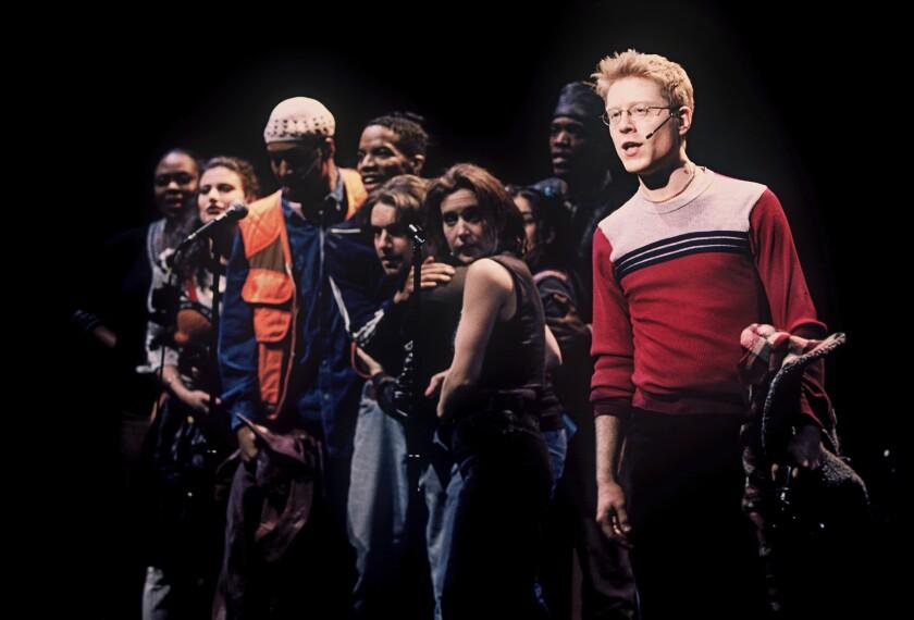 """Anthony Rapp, derecha, y el resto del elenco durante una función del musical """"Rent"""" de 1996"""