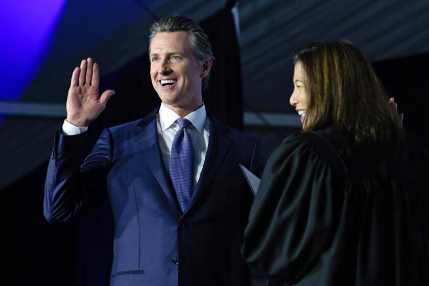 El gobernador de California, Gavin Newsom, juramenta en el cargo en el Capitolio del Estado en Sacramento, California, EE. UU., el 7 de enero de 2019. EFE