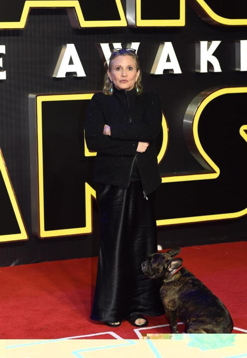 """La actriz estadounidense Carrie Fisher, famosa por su papel de princesa Leia en """"Star Wars"""", continúa estable en la unidad de cuidados intensivos de un hospital de Los Ángeles tras sufrir un ataque al corazón el viernes durante un vuelo, informaron hoy sus familiares. EFE/ARCHIVO"""
