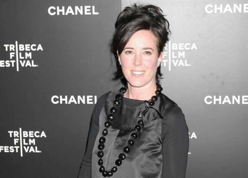 Fotografía de archivo que muestra a la diseñadora de moda estadounidense Kate Spade mientras posa a su llegada a una cena con motivo del festival de cine de Tribeca en Nueva York, Estados Unidos, el 5 de junio de 2006. EFE