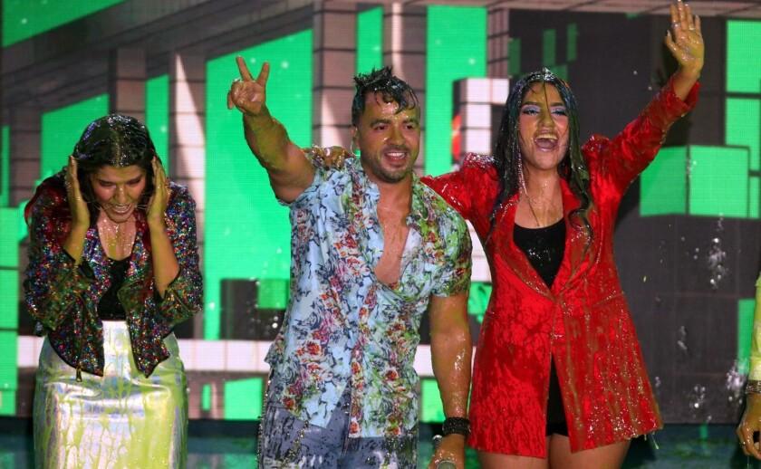 En los Kids' Choice Awards México, Los Polinesios y Luis Fonsi recibieron sus pegajosa sorpresa.