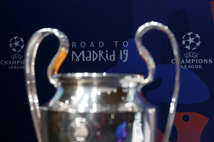El trofeo de la Liga de Campeones de la UEFA en exhibición durante el sorteo de cuartos de final de la Liga de Campeones celebrado este viernes en la sede de la UEFA en Nyon, Suiza. EFE