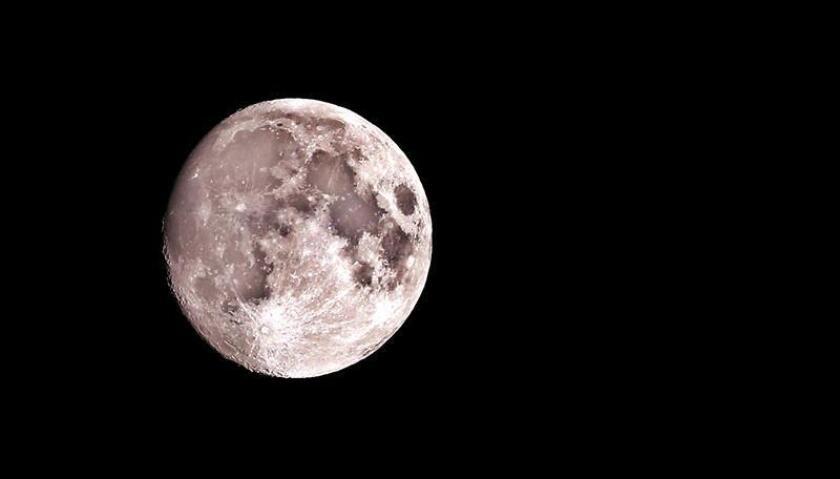 """Un equipo de científicos ha observado directamente """"evidencias definitivas"""" de la existencia de agua helada en la superficie de la Luna en las zonas """"más oscuras y frías de sus regiones polares"""", según informó la Nasa en su página web. EFE/Archivo"""