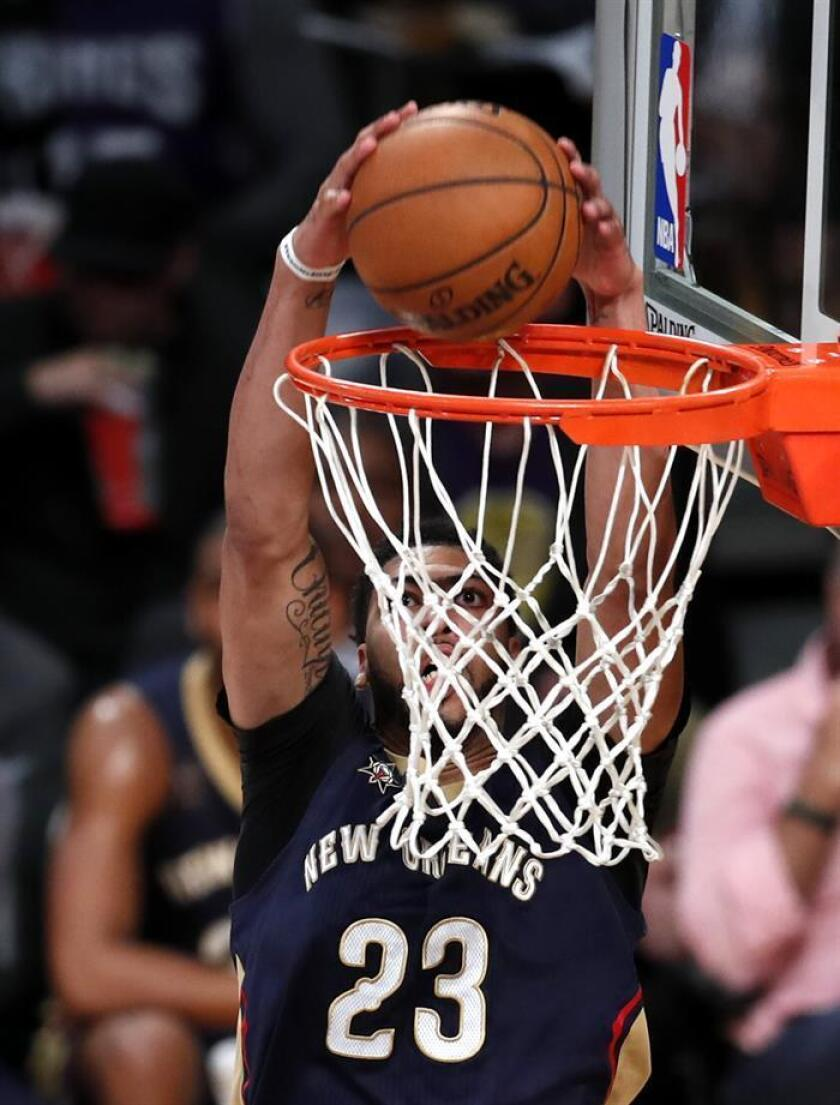New Orleans Pelicans forward Anthony Davis dunks the ball. EFE/Archivo
