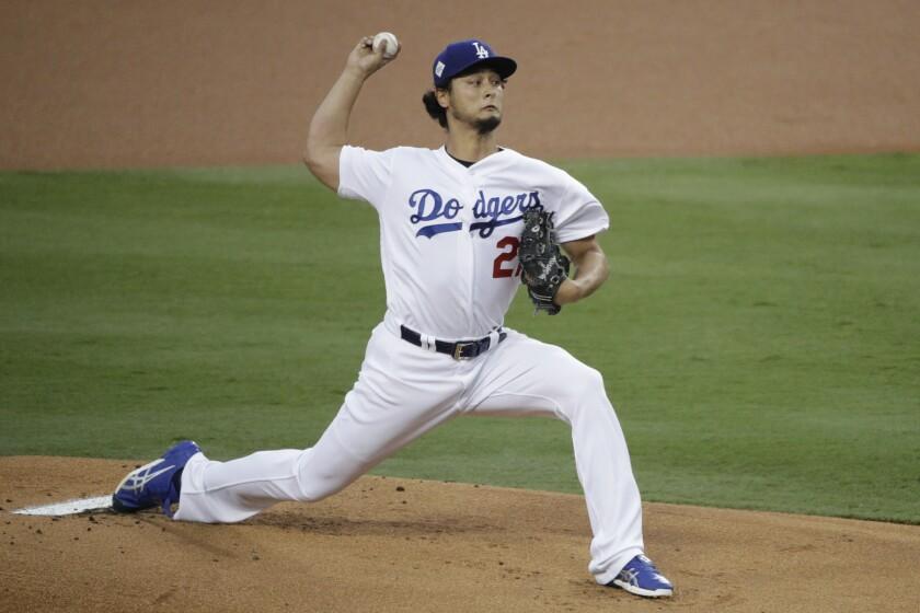 ARCHIVO - En esta foto de archivo del 1 de noviembre de 2017, el japonés Yu Darvish, de los Dodgers de Los Ángeles, realiza un lanzamiento ante los Astros de Houston en el séptimo juego de la Serie Mundial.