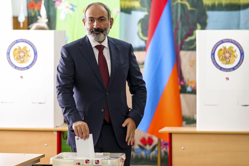 El primer ministro interino de Armenia, Nikol Pashinyan, emite su voto en una casilla durante las elecciones parlamentarias, el domingo 20 de junio de 2021, en Ereván, Armenia. (Tigran Mehrabyan/PAN Foto vía AP)
