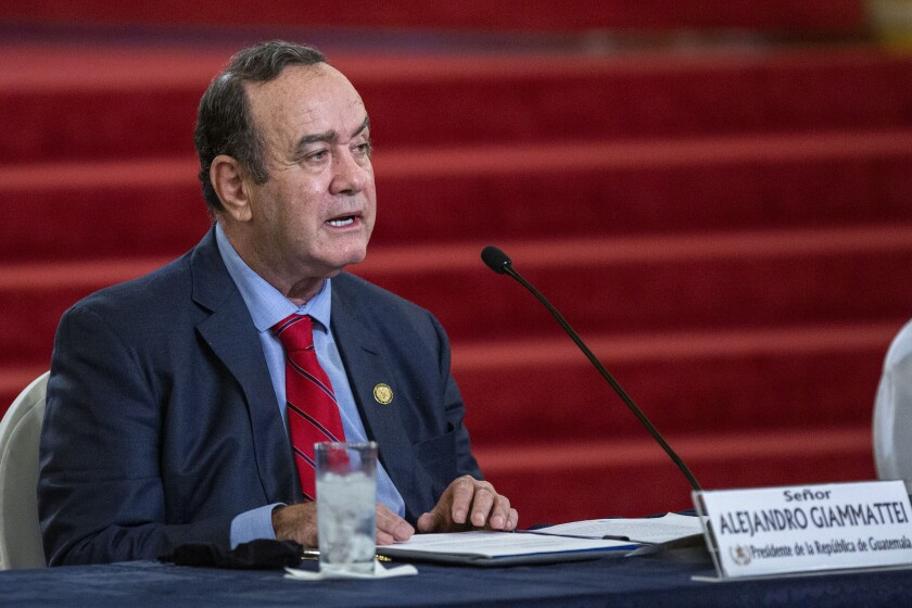 El presidente guatemalteco Alejandro Giammattei habla en una conferencia de prensa el martes 27 de julio de 2021 en el Palacio Nacional, en Ciudad de Guatemala. (AP Foto/Oliver de Ros)
