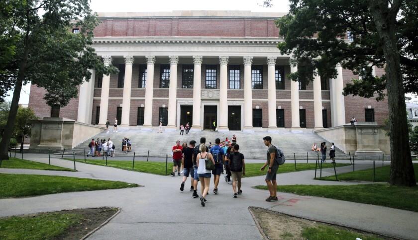 Estudiantes caminan junto a la Bibloteca Widener en la Universidad de Harvard en Cambridge