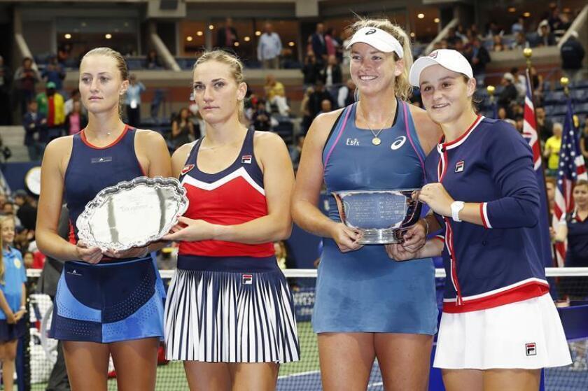CoCo Vandeweghe de EE. UU. (2D) y Ashleigh Barty de Australia (D) celebran con el trofeo de lcampeonato después de derrotar a Timea Babos de Hungría (2I) y Kristina Mladenovic de Francia (I) durante la final de dobles femenino en el Abierto de Estados Unidos. EFE/Archivo
