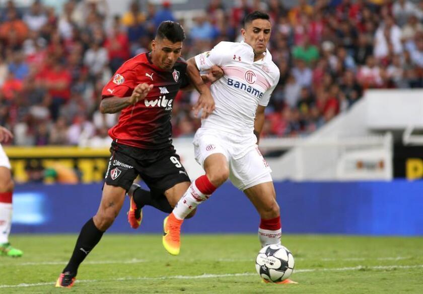 El jugador Jefferson Duque (i) disputa el balón con Osvaldo González (d) de Toluca. EFE/Archivo