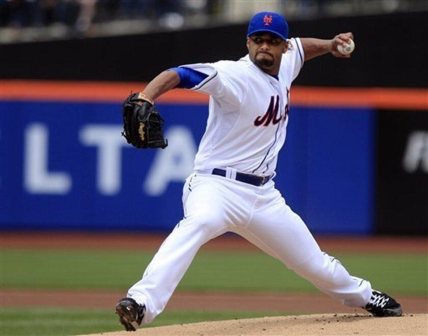 El pitcher venezolano de los Mets de Nueva York, Johan Santana, lanza contra los Nacionales de Washington el miércoles, 11 de abril de 2012, en Nueva York. (AP Photo/Frank Franklin II)