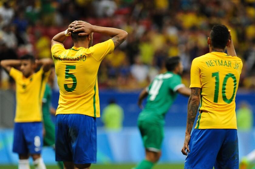 Renato Augusto (i) y Neymar (d) de Brasil, se lamentan tras el 0-0 ante Irak en el Estádio Nacional de Brasília (Brasil).