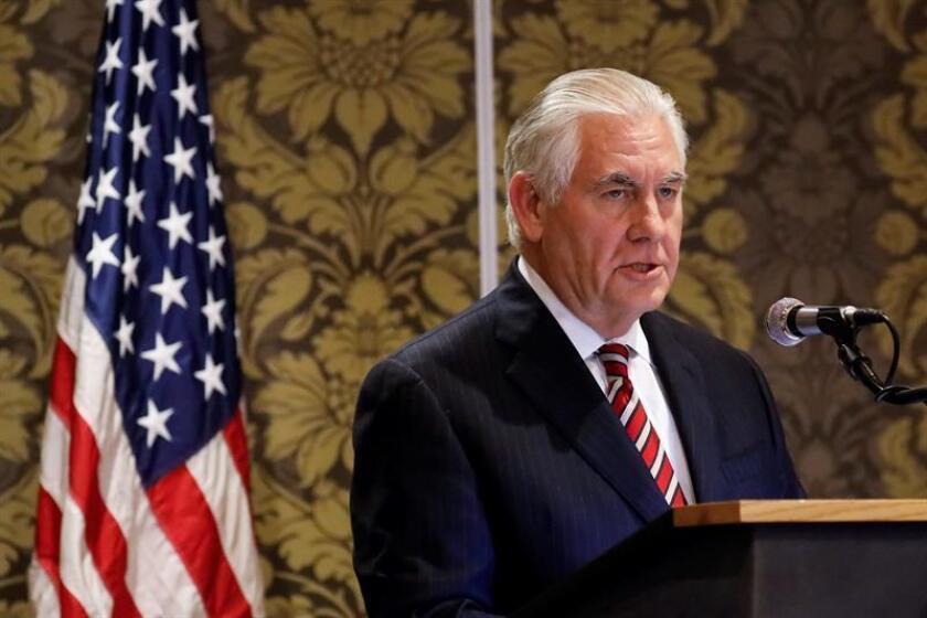 El secretario de Estado estadounidense, Rex Tillerson, ofrece una rueda de prensa conjunta con la ministra de Exteriores keniata, Monica Juma (fuera de la imagen), en el Hotel Nairobi, en Nairobi (Kenia). EFE