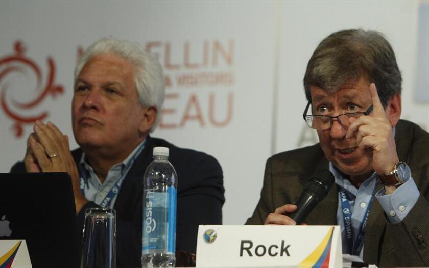 El periodista mexicano Roberto Rock (d) habla durante conferencia de prensa. EFE/Archivo