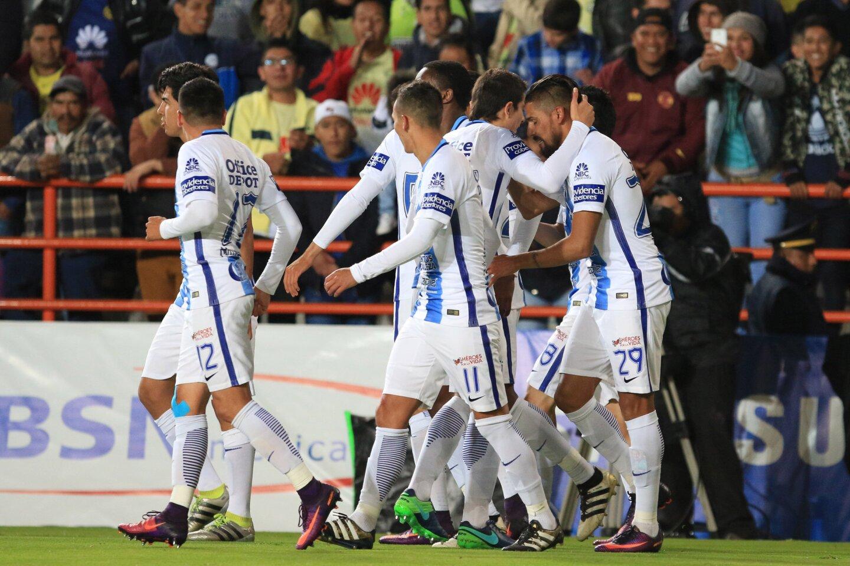 El argentino Franco Jara (d) convirtió un penal en los últimos instantes del partido y el campeón Pachuca, que había dilapidado una delantera de dos goles, salvó el empate 3-3 ante el América, en la fecha 17 (y última) del torneo Apertura mexicano.