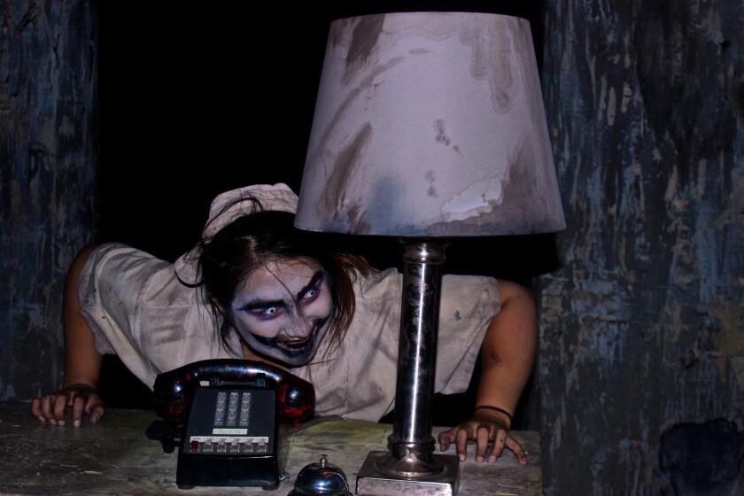 """Una imagen tomada durante nuestro recorrido de """"The Tooth Fairy"""", uno de los laberintos de la edición actual de Knott's Scary Farm en Buena Park, CA."""