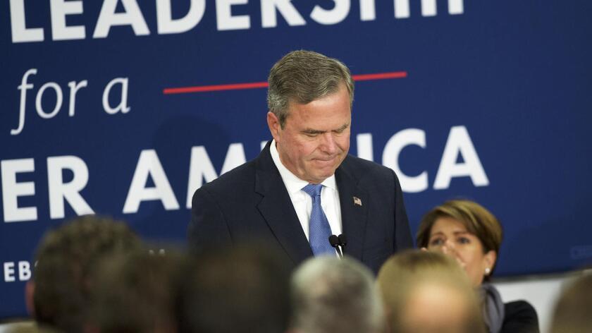 Hijo y hermano de sendos presidentes de Estados Unidos, Jeb Bush luchó infructuosamente contra el magnate inmobiliario Donald Trump, quien desde el inicio de su campaña, que lanzó en junio de 2015, arremetió contra el entonces favorito a la nominación republicana, al que en toda ocasión le criticó por su escasa energía.