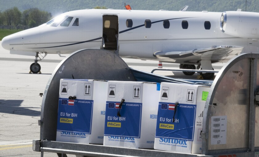 Vacunas de Pfizer contra el coronavirus llegan al aeropuerto Sarajevo, en Bosnoa, el 4 de mayo de 2021.