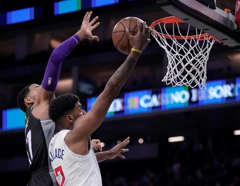 El jugador de los Clippers Tyrone Wallace encesta durante el partido de la NBA que enfrentó a los Angeles Clippers contra los Sacramento Kings en el Golden 1 Center en Sacramento, California, Estados Unidos. EFE