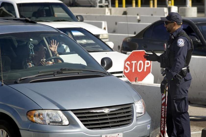 La Comisión Nacional de los Derechos Humanos (CNDH) de México dirigió hoy una recomendación a las autoridades de migración y al Gobierno municipal de Tijuana por la detención y deportación arbitraria de una mexicana con doble nacionalidad a Estados Unidos. EFE/Archivo