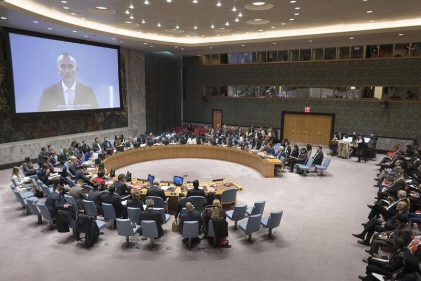 Fotografía cedida por la ONU donde aparece el enviado para Oriente Medio, Nickolay Mladenov (en pantalla), mientras interviene por videoconferencia ante el Consejo de Seguridad, durante una reunión del Consejo de Seguridad sobre la situación en Oriente Medio, incluida la cuestión palestina, hoy, jueves 18 de octubre de 2018, en la sede del organismo en Nueva York. EFE/Rick Bajornas/ONU/SOLO USO EDITORIAL/NO VENTAS