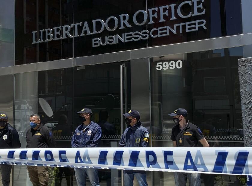 Agentes de policía en las afueras del consultorio del neurólogo Leopoldo Luque