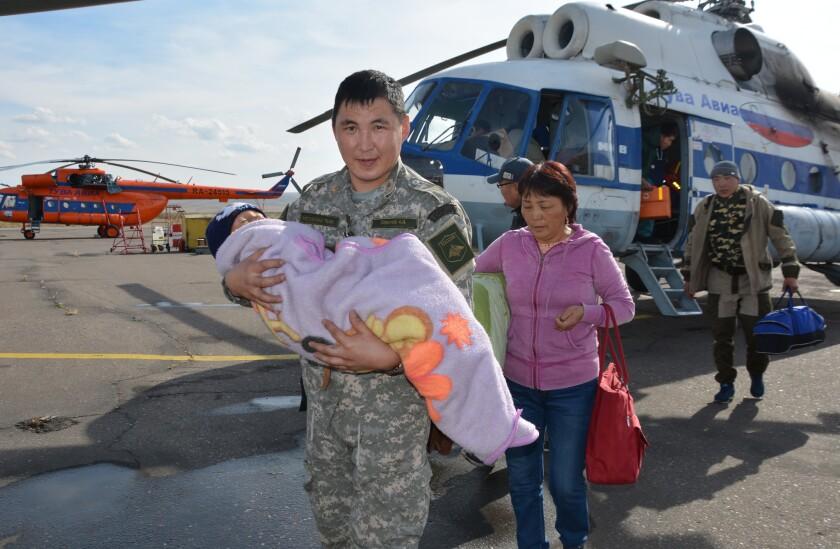 En esta fotografía del miércoles 21 de septiembre de 2016, facilitada por el Ministerio de Manejo de Emergencias de Tuva, Rusia, un soldado carga un niño que pasó tres días perdido en un bosque siberiano. (Ministerio de Manejo de Emergencias de Tuva vía AP)
