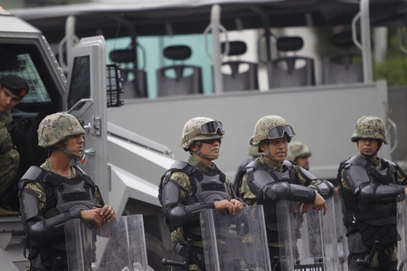 Personal naval de México detuvo a siete personas, tres de ellas extranjeras, e incautó una embarcación menor con aproximadamente 41 bultos con polvo blanco, al parecer cocaína, a unos 310 kilómetros de las costas de Acapulco (Pacífico), informó hoy la Secretaría de Marina. EFE/ARCHIVO