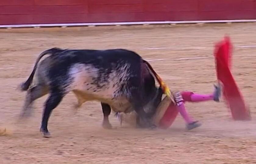 Esta imagen tomada de Castilla La Mancha TV muestra al matador Víctor Barrio al ser corneado por un toro en la plaza de Teruel, 9 de julio de 2016. Barrio, de 29 años, es el primer torero muerto en la arena en más de 30 años. (Castilla La Mancha TV via AP)