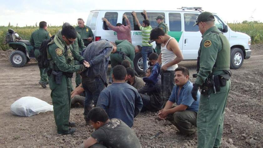 Un grupo de migrantes son detenidos por la Patrulla Fronteriza en Texas, en el 2014, año en el que el flujo migratorio de Centroamérica alcanzó su más alta curva. Molly Hennessy-Fiske / Los Angeles Times.