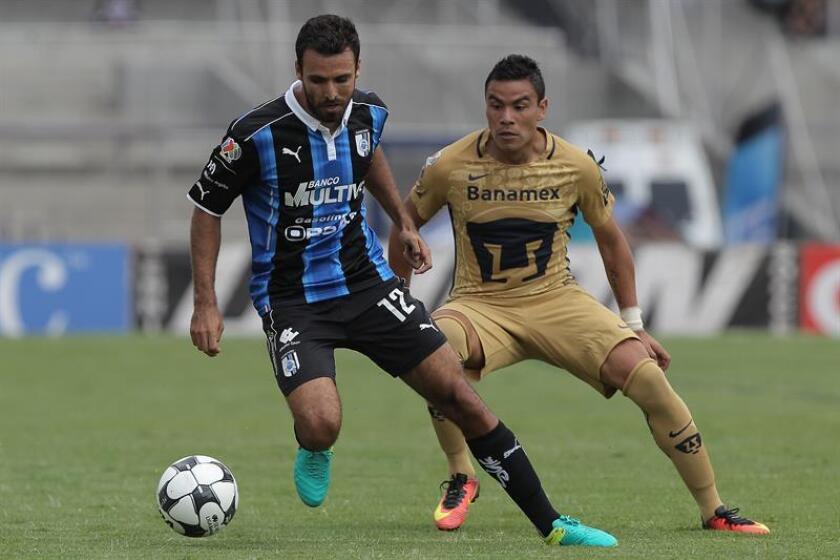 El jugador Pablo Barrera (d) de Pumas disputa el balón con Jonathan Bornstein (i) de Queretaro. EFE/Archivo