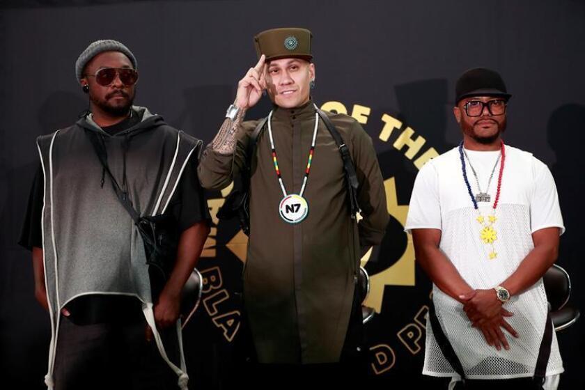 Los integrantes del grupo estadounidense The Black Eyed Peas, Will.i.am (i), Taboo (c) y Apl.de.ap (d), participan hoy, jueves 16 de agosto de 2018, en una rueda de prensa en el Pepsi Center de la Ciudad de México (México), donde se presentarán mañana. EFE