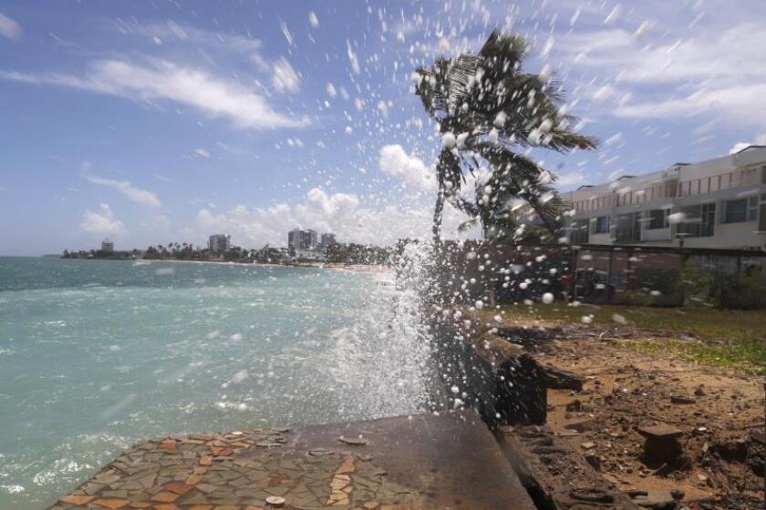 Olas golpean una pared erosionada en la playa de Ocean Park hoy, martes en San Juan. EFE/Thais Llorca