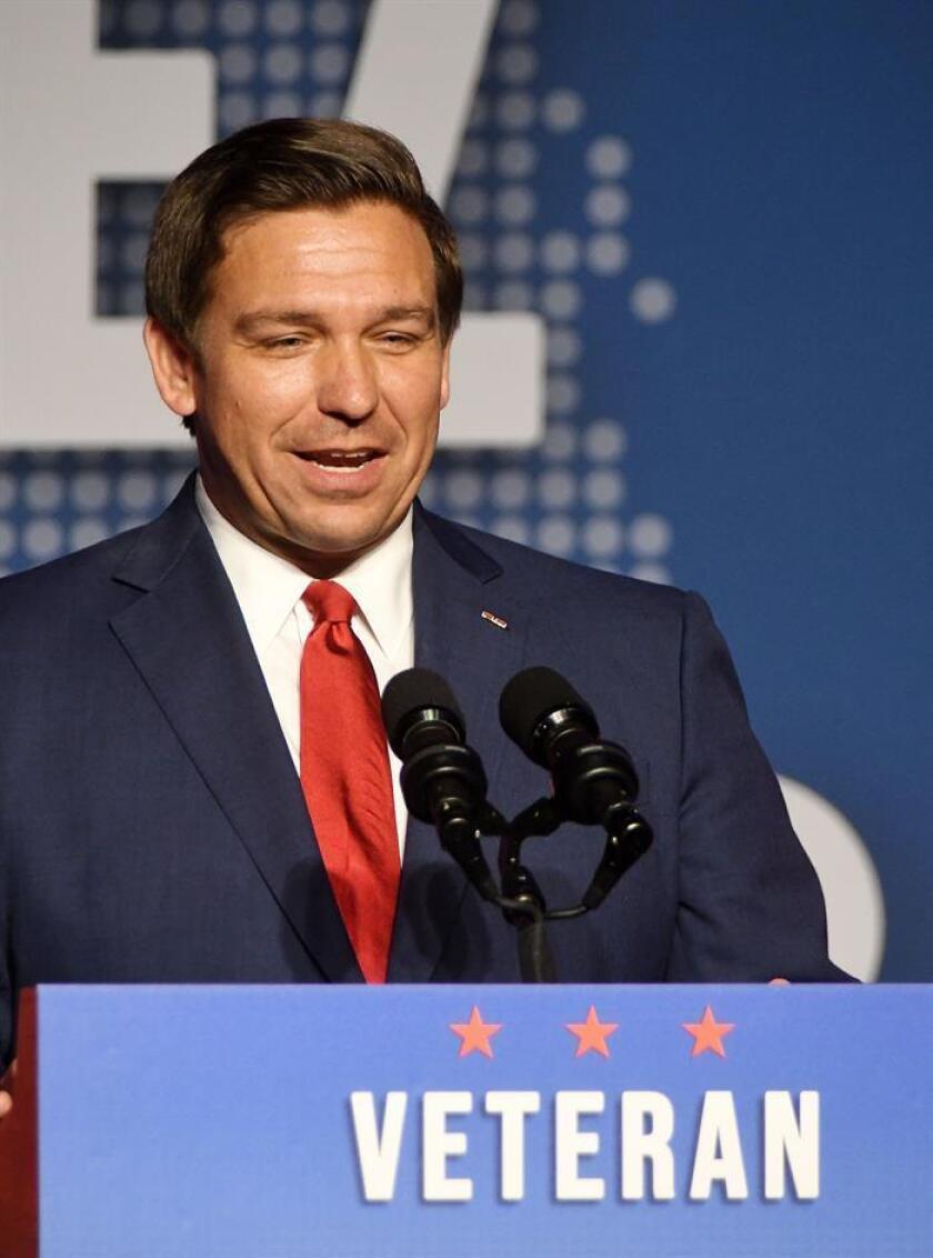 El gobernador republicano electo, Ron DeSantis, saluda a sus simpatizantes al ser anunciado como nuevo gobernador del estado de la Florida al vencer al candidato demócrata Andrew Gillum en la ciudad de Orlando en Florida Estados Unidos.