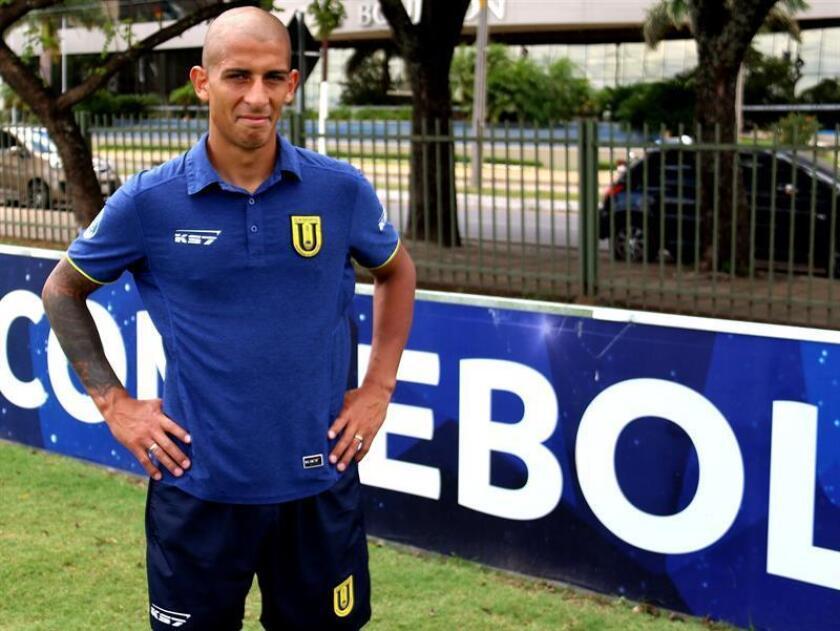 El jugador de la Universidad de Concepción de Chile Alejandro Camargo posa este lunes, en la sede del la Conmebol, en Luque (Paraguay). EFE
