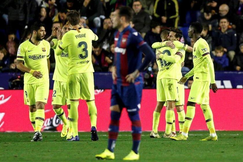 El delantero argentino del FC Barcelona Leo Messi celebra el tercer gol marcado frente al Levante UD, durante el partido correspondiente a la 16? jornada de LaLiga Santander, que ambos equipos disputaron en el estadio Ciutat de València. EFE