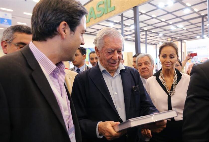 La Feria Internacional del Libro (FIL) de Guadalajara (México), la mayor cita editorial del mundo en español, acoge estos días la celebración de los 50 años de la Agencia EFE en México, de la que han sido testigos Mario Vargas Llosa y Arturo Pérez-Reverte, entre otros literatos y personalidades. EFE