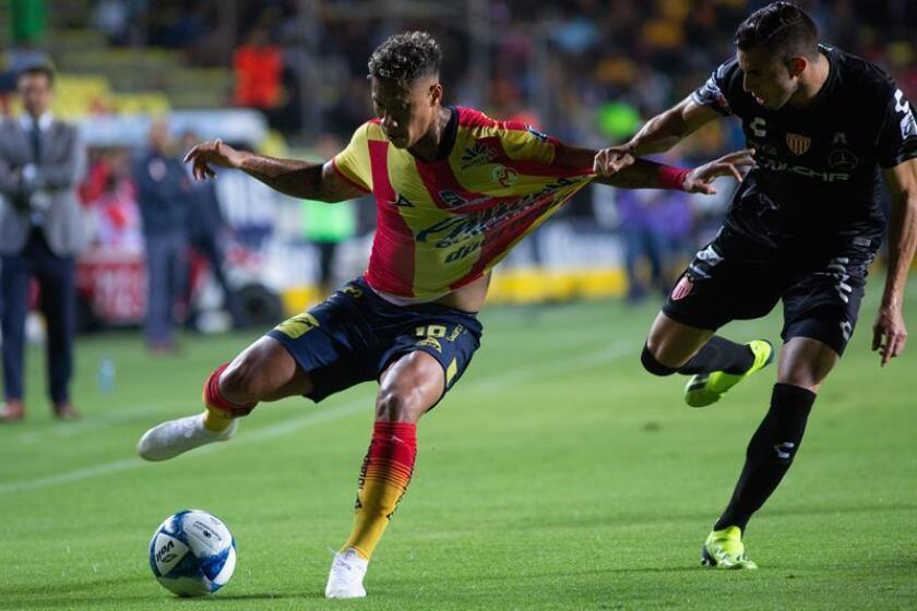 El jugador de Morelia Diego Valdés (i) disputa el balón con Manuel Mayorga (d) de Necaxa durante el juego correspondiente a la jornada 4 del torneo mexicano de fútbol celebrado en el estadio Morelos en la ciudad de Morelia (México). EFE