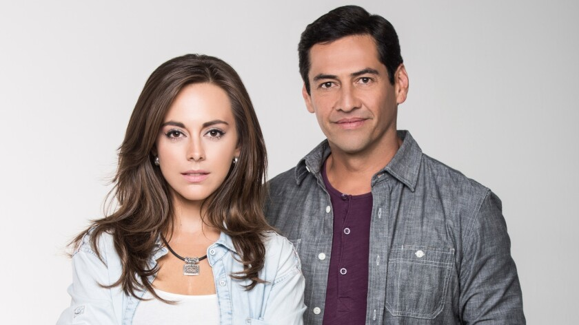 Gabriel Porras y Maria Elisa Camargo, protagonistas de 'Bajo El Mismo Cielo'.