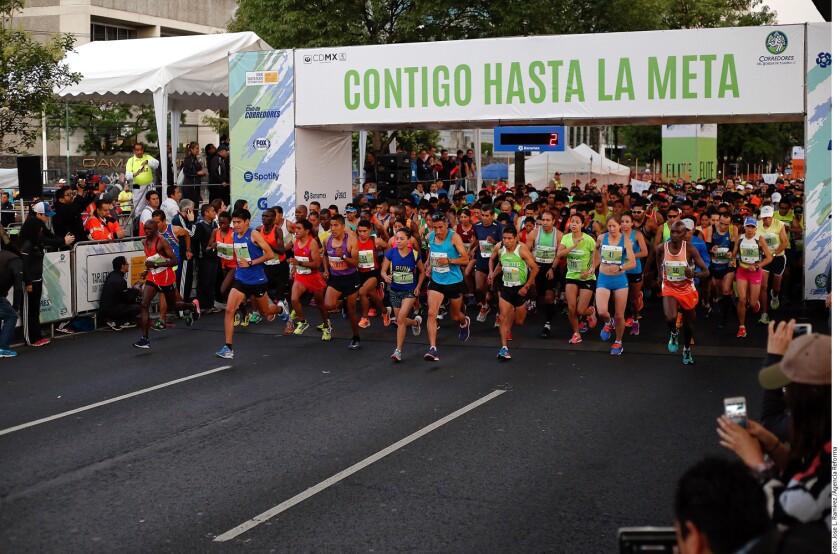 Unos 16 mil corredores tomaron la salida de la edición 36 del medio maratón organizado por la asociación de Corredores del Bosque de Tlalpan para celebrar a los papás.