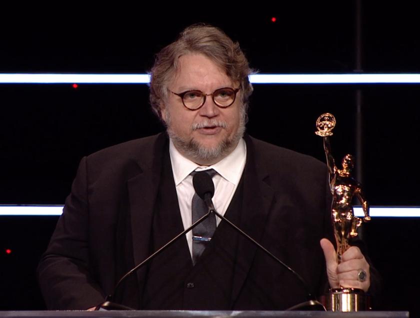 El aclamado cineasta mexicano Guillermo del Toro es reconocido en la ceremonia de los Eddie Awards.