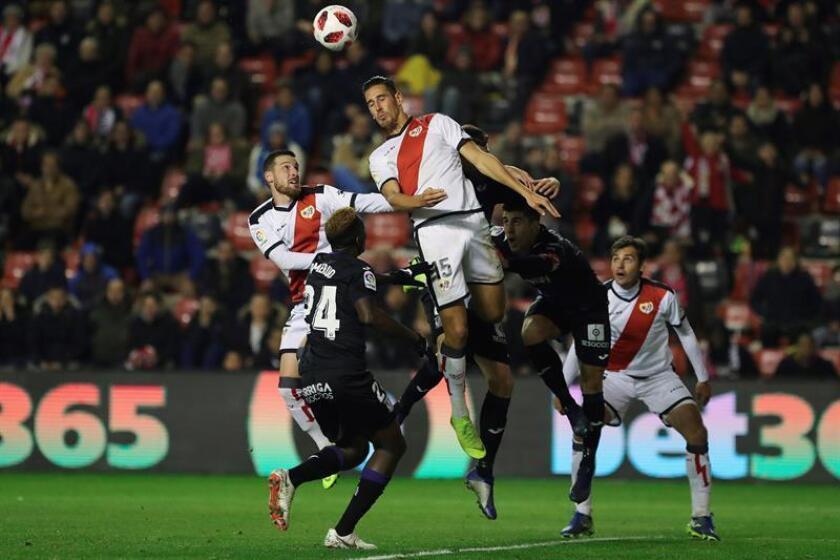 El delantero del Rayo Vallecano Alexánder Alegría (c) salta por el balón frente al nigeriano Kenneth Omeruo (2i), del Leganés, durante el partido de vuelta de dieciseisavos de final de la Copa del Rey que se disputa esta noche en el estadio de Vallecas, en Madrid. EFE