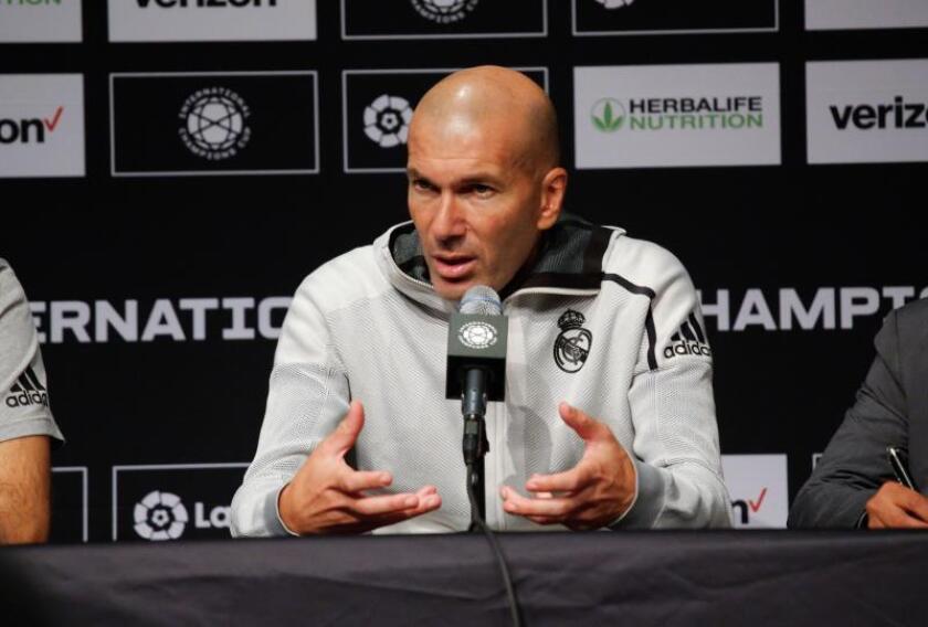 El director técnico del Real Madrid, Zinedine Zidane, habla durante una conferencia de prensa después del partido del Atlético de Madrid frente al Real Madrid, disputado en el estadio MetLife en East Rutherford, Nueva Jersey (EE.UU.). EFE/Kena Betancur