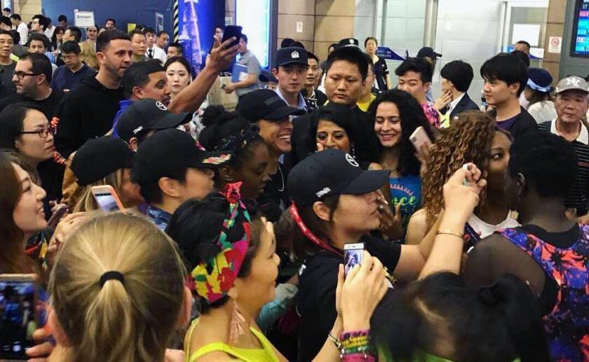 Daddy Yankee es recibido por cientos de seguidores en Shangai.