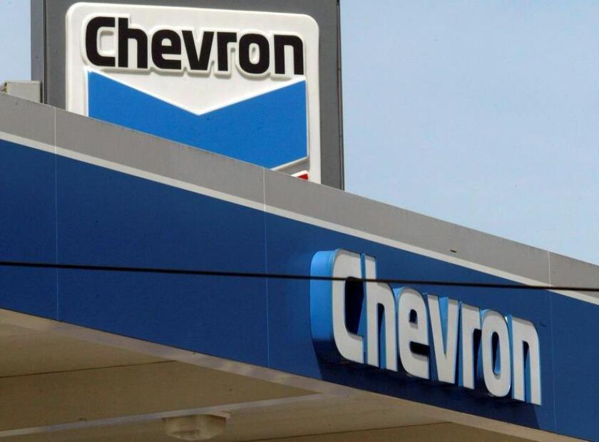 Fotografía de archivo que muestra una estación petrolera de Chevron en Los Ángeles. EFE/ Brendan Mcdermid/Archivo