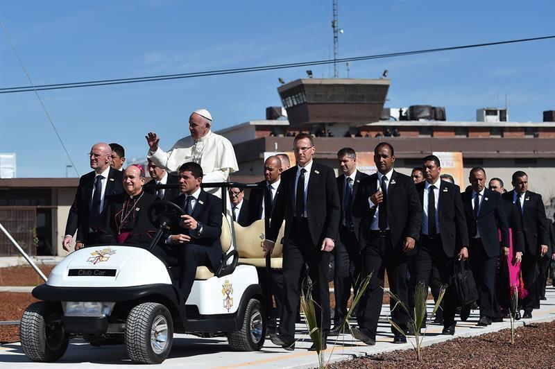 El papa Francisco a su llegada a una capilla al interior del Centro Penitenciario (CeReSo n3) de Ciudad Juárez (México) hoy, miércoles 17 de febrero de 2016, . El papa Francisco cumple hoy en la fronteriza Ciudad Juárez, en el norteño estado de Chihuahua, la última jornada de su visita a México, iniciada el 12 de febrero, en la que convivirá con reos y trabajadores, y oficiará una misa con migrantes. EFE