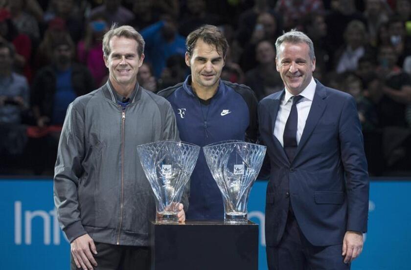 El tenista suizo Roger Federer (c) junto al extenista Stefan Edberg (i) y el presidente Ejecutivo de la ATP, Chris Kermode (d), en una imagen de archivo. EFE/Archivo