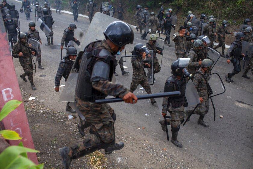 Soldados y agentes de la policía de Guatemala persiguen a unos grupos de migrantes